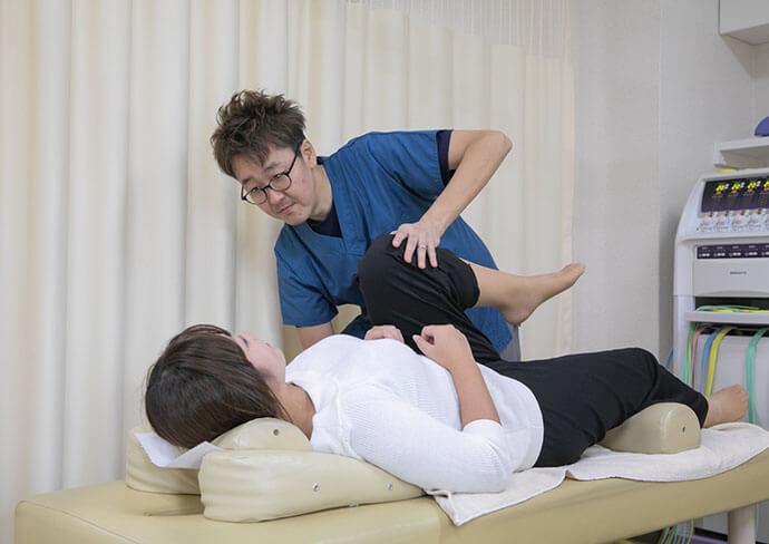 さつき整骨院の股関節、膝、足のつらさへの対処している様子