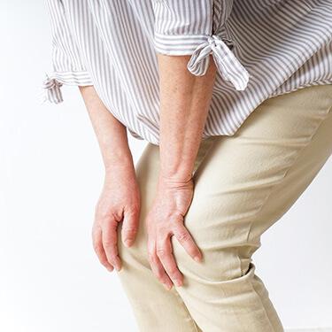 膝がつらそうな女性
